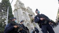 Agents de policia, davant l'església de Notre-Dame de Niça, on es van produir els atemptats d'ahir