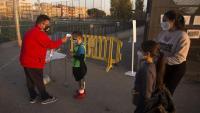 Nens entren, ahir, a l'últim entrenament de la Unión Can Rull Romulo Tronchoni de Sabadell. Els clubs tindran ajuts