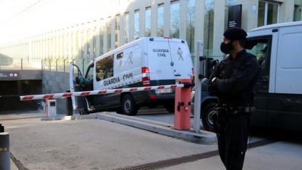 Imatge de dues furgonetes de la Guàrdia Civil entrant a la Ciutat de la Justícia