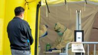 Un home espera per fer-se una PCR a Barcelona