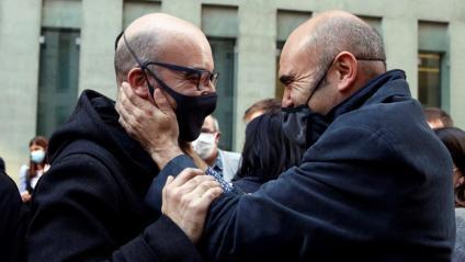 Oriol Soler i Xavier Vendrell se saluden després de sortir en llibertat
