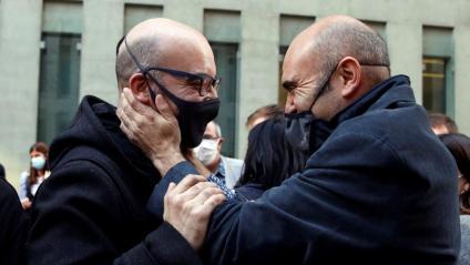 L'empreasri Oriol Soler i Xavier Vendrell (ERC) es feliciten, en sortir en llibertat a Barcleona, ahir