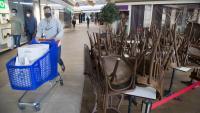 Interior del Centre Comercial Montigalà ahir. Només hi havia obert el Carrefour i els quatre comerços considerats essencials