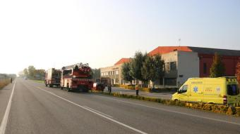 La carretera C-66, tallada per l'afectació de l'incendi del magatzem de fruita de Bordils