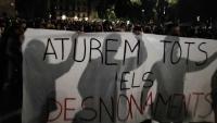 Una de les pancartes de la manifestació a la Catedral de Barcelona per reclamar que s'aturin els desnonaments