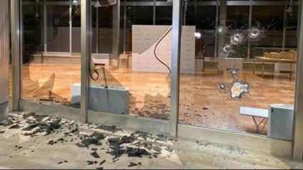 Alguns manifestants contra el desallotjament de la Casa Buenos Aires i els desnonaments han tirat pedres i han trencat els vidres de l'edifici de l'Ajuntament de Barcelona, a la plaça Sant Miquel