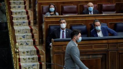 Gabriel Rufián passa per davant de Pedro Sánchez i Pablo Iglesias al Congrés