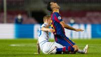 Busquets, rebent una entrada d'un rival en el partit contra el Dinamo de Kiev a casa