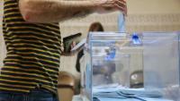 Un elector exerceix el seu dret a vot en un col·legi electoral.
