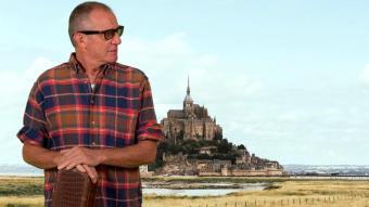 Quimi Portet, davant del Mont-Saint-Michel, en  una de les fotografies promocionals del disc que documenta el seu 'world tour'