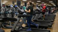 Diverses persones fent esport en un gimnàs DIR