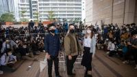 Joshua Wong, Ivan Lam i Agnes Chow, davant la seu dels tribunals de justícia de West Kowloon a Hong Kong, ahir