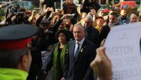 L'alcalde de Reus, Carles Pellicer, amb la regidora Montserrat Vilella, entrant al jutjat de Reus envoltats de manifestants que els fan costat