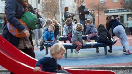 Nens jugant en un parc infantil de Girona. La mesura podria excloure els menors de 14 anys del recompte en els dinars familiars