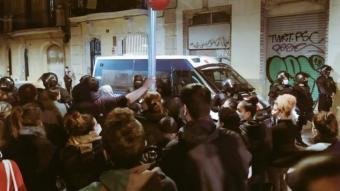 Mossos davant de l'habitatge de Ciutat Vella