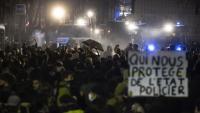Policies antiavalots desallotgen amb canons d'aigua una protesta contra la llei de seguretat global, dilluns passat a París