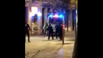 Una captura del vídeo cedit a l'ACN en què es veuen els agents de la Guàrdia Urbana envoltant l'home moments abans que un dispari dos trets