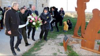 Càrrecs del Departament d'Agricultura fan una ofrena floral al monument de record dels dos agents rurals assassinats el 2017 a Aspa per un caçador sense llicència