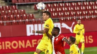 Mamadou Sylla disputant una pilota entre dos rivals del Màlaga