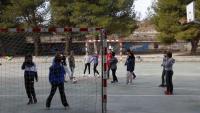 Infants jugant a futbol durant l'hora del pati a l'escola Cor de Roure de Santa Coloma de Queralt (Conca de Barberà) l'octubre passat