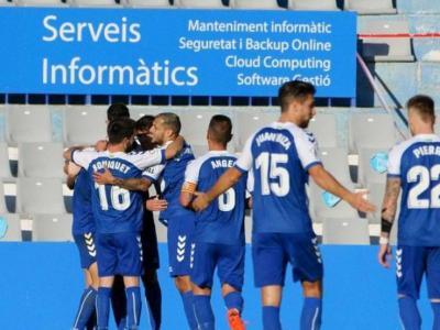 Els jugadors del Sabadell celebren la darrera diana de Cuevas