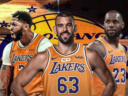 Marc Gasol, amb el dorsal 63 –el 33 de tota la seva vida pertany al llegendari Kareem-Abdul Jabbar i està retirat pels Lakers–, enmig d'Anthony Davis i LeBron James