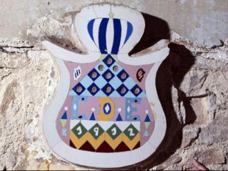 L'escut recuperat datat del 1912 que presidia el local de l'antiga bodega La Roca