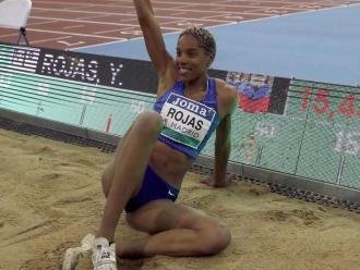 Yulimar Rojas posa en el fossar de triple salt on va establir el nou rècord mundial