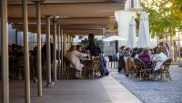 Gent asseguda en una terrassa a Girona