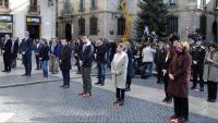 Els actes institucionals en record de les víctimes de la violència masclista  organitzats per la Generalitat, a la plaça de Sant Jaume (esquerra), i el Parlament