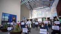 Comerciants de l'Espai Gironès, ahir a la tarda , amb cartells per reivindicar que poden treballar amb seguretat per als clients