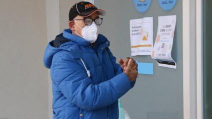 Un usuari es neteja les mans amb gel hidroalcohòlic abans d'accedir al Centre Cívic Cal Balsach de Sabadell per fer-se un test PCR