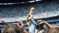 Diego Armando Maradona amb la copa del món després de guanyar la final contra Alemanya, l'any 1986