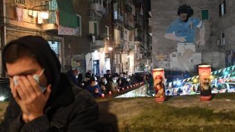 Dues espelmes posades en un homenatge espontani, ahir, a  la ciutat de Nàpols