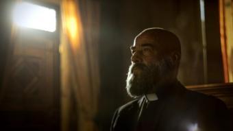 Eduard Fernández, el millor actor estatal, segons Álex de la Iglesia, interpreta el pare Vergara, un home dur, una mena de soldat que s'enfronta al mal