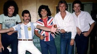 Maradona amb Queen, quan la banda britànica va visitar una Argentina encara en dictadura el 1981. A sota, en la campanya per al Sónar
