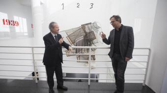Daniel Giralt-Miracle i Ferran Barenblit, davant d'una de les obres més emblemàtiques del Macba, 'Rizen', de Tàpies.