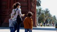 Una dona passeja amb els dos nens per Barcelona