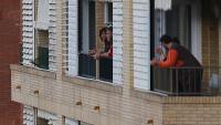 Gent aplaudint des del balcó durant el confinament total del mes de març