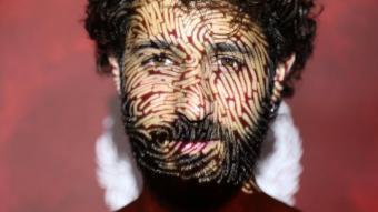 David Mauricio, amb la portada projectada a la cara
