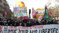 Una de les pancartes de la manifestació d'ahir al centre del París contra l'aprovació de la llei de seguretat
