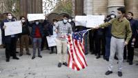 Estudiants a Teheran, cremant les banderes dels EUA i Israel en protesta per l'assassinat
