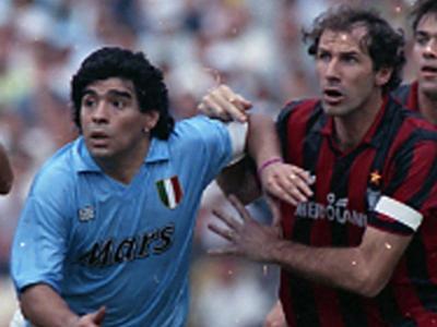 Maradona, amb la samarreta del Nàpols, lluita una pilota amb Baresi, del Milan