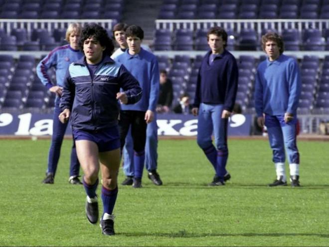 Maradona en un entrenament al Camp Nou en la seva etapa al Barça
