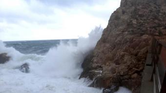 Una onada xoca contra una roca aquest dissabte a l'Estartit