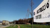 Una pancarta de Salvem les Valls, al punt d'inici de la futura variant de les Preses i la Vall d'en Bas