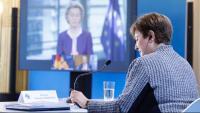 La directora gerent de l'FMI, Kristalina Georgieva –en primer terme–, durant la videoconferència del Fòrum de Pau de París amb la presidenta de la Comissió Europea, Ursula von der Leyen –en una pantalla de fons–