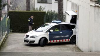 Mossos surten de l'escorcoll a la casa de l'auxiliar arrestada