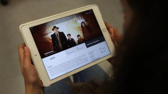 Una noia observa el catàleg de Filmin en una tauleta