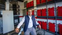 Franc Comino, a la sala d'emmagatzematge d'energia d'EspaiZero, a Olot
